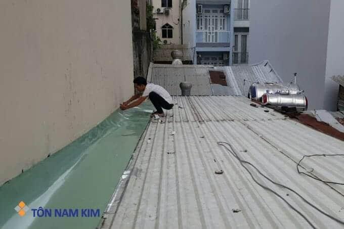 xử lý chỗ dột giáp tường