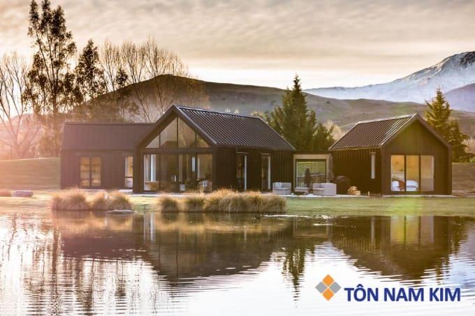 Mẫu mái tôn đẹp hiện đại cho nhà bên hồ